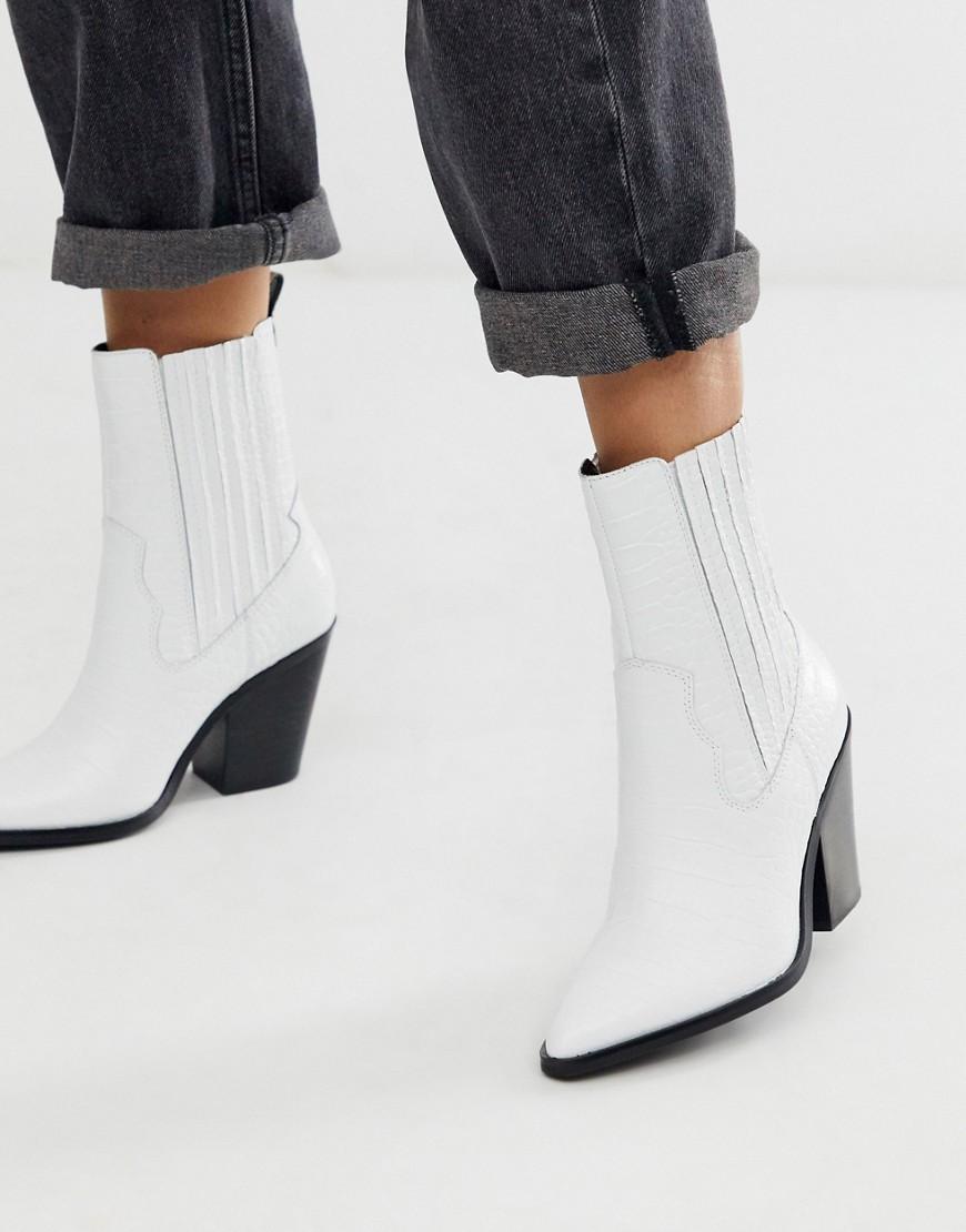 Botas estilo western de tacón de cuero con diseño de cocodrilo blanco.