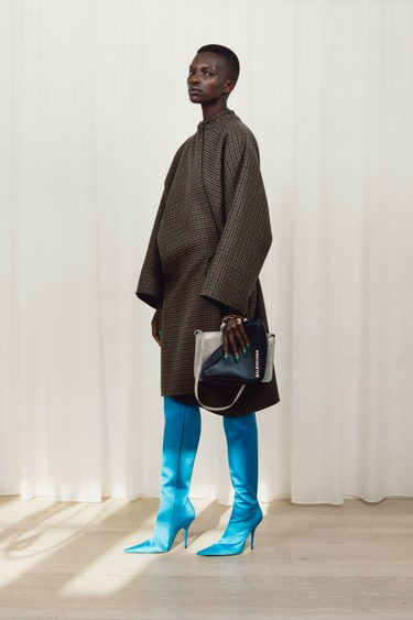 Las locuras de Demna Gvasalia siguen presentes en la nueva colección Pre-Fall 2017 de Balenciaga