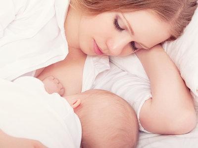 Las mujeres que amamantan pierden en el primer año tras el parto el doble de peso que las que no dan pecho, según un estudio