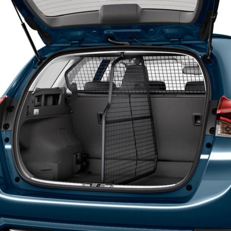 Una  rejilla  colocada  entre  los  pilares  de  la estructura  del  coche,  separando  la  cabina del  maletero,  permite  a  tu  mascota  moverse libremente sin  causar ningún tip ode molestias al  conductor