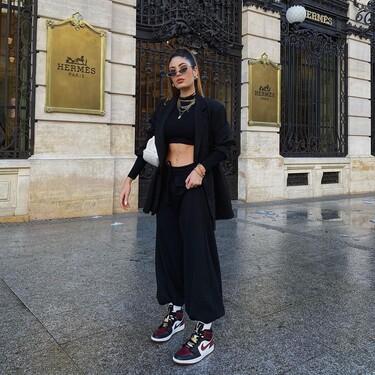 Siete modelos de zapatillas Nike muy coloridas para combinar con un look total black