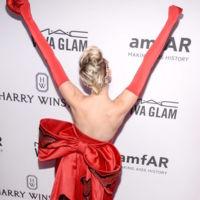 Miley Cyrus se convierte en la reina de corazones (gracias a Moschino) y la lía bien gorda en Nueva York