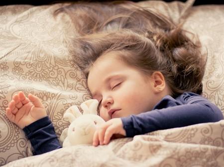 Mejores notas y menos problemas de comportamiento: algunas ventajas de que los niños duerman siesta