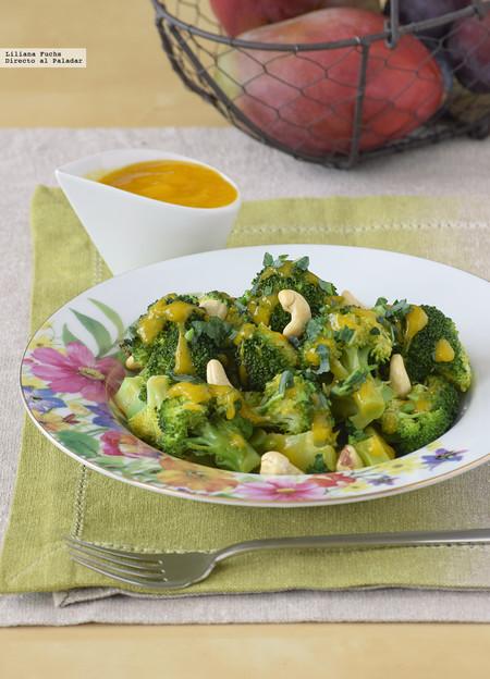 Brócoli con salsa de mango y anacardos. Receta ligera de guarnición