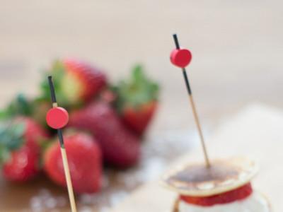 Receta de mini tortitas con fresas y nata en brocheta