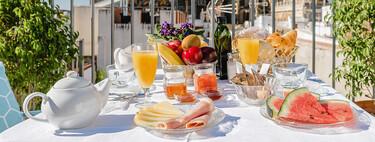 Desayuno en la terraza: mesas de balcón, vajillas y manteles  veraniegos para disfrutar al aire libre