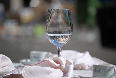 Protocolo en la mesa: ¿cómo dejar la servilleta en la mesa una vez has terminado de comer?