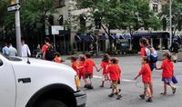 Los niños respiran aire muy contaminado en la puerta de los colegios