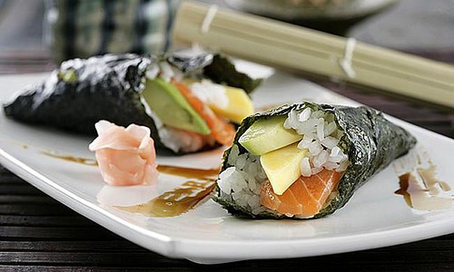 Temaki de salmón, mango y aguacate