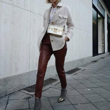 Este año los pantalones de cuero no solo se llevan negros: cinco ideas para combinarlos en tonos camel, marrones o rojos