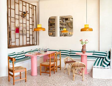 Julieta's , ambiente retro y materiales naturales para trasladarnos a la Ibiza de los años 60