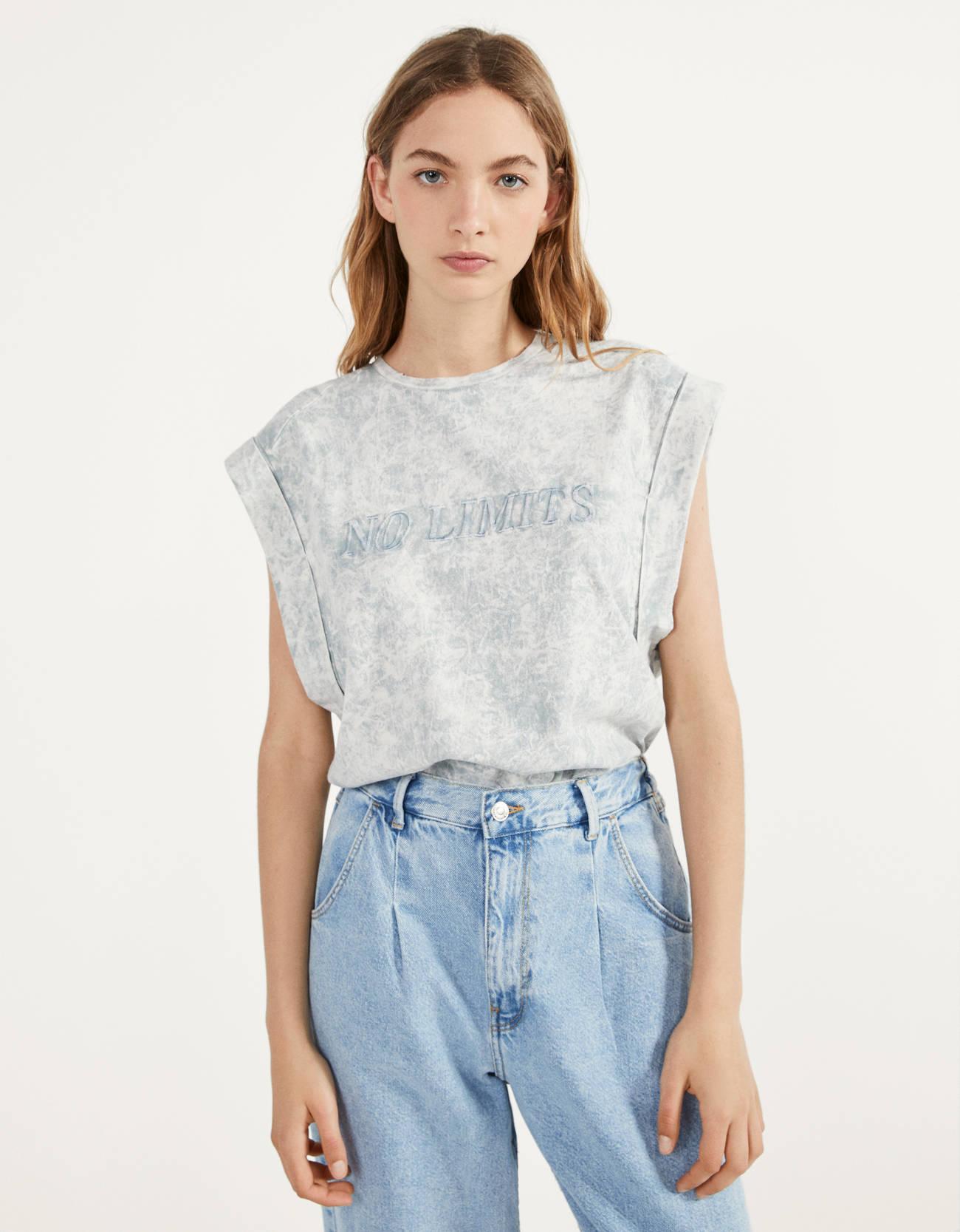 Camiseta con estampado acid wash y efecto hombreras