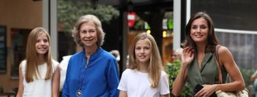 Doña Letizia apuesta por un sencillo mono low cost para ir al cine con la reina Sofía y sus hijas