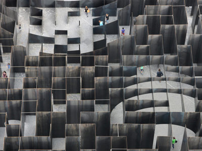 Este monumental laberinto de acero juega con nuestra mente y perspectiva como nunca antes