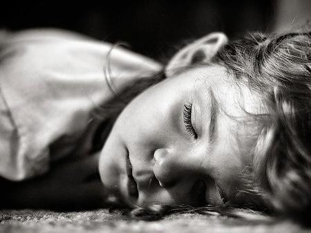 Bruxismo infantil: el niño aprieta y rechina los dientes mientras duerme