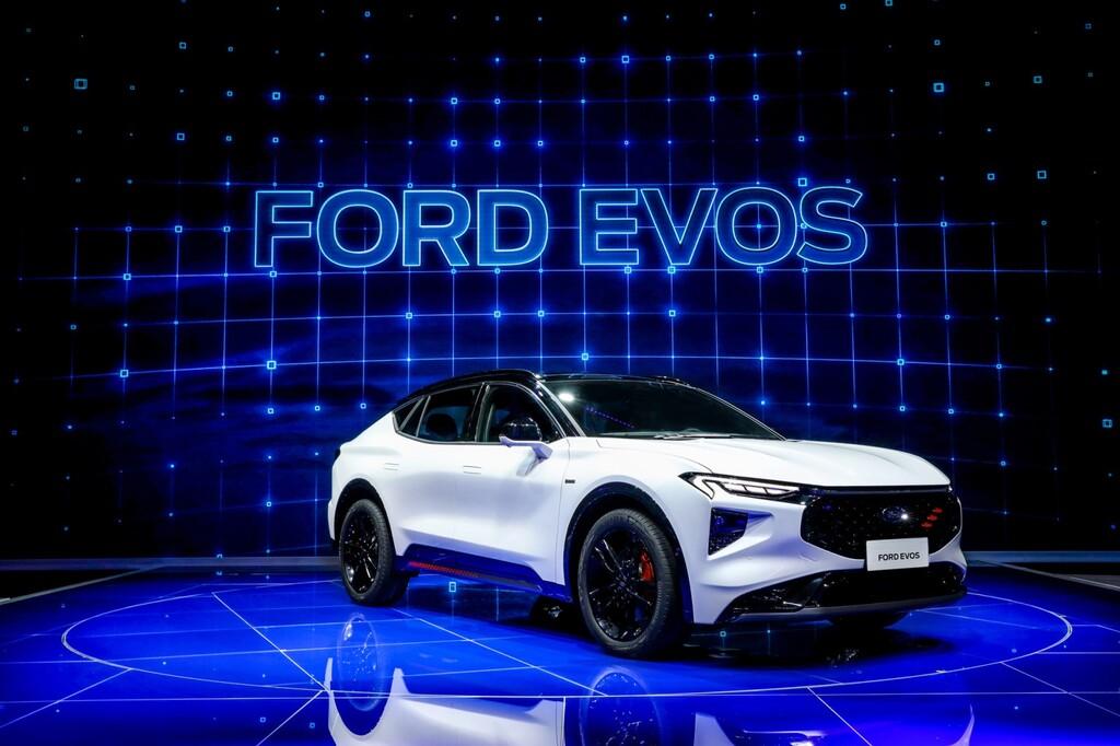 El nuevo Ford EVOS es un SUV familiar con una pantalla de un metro de largo... ¿para reemplazar al Ford Mondeo?