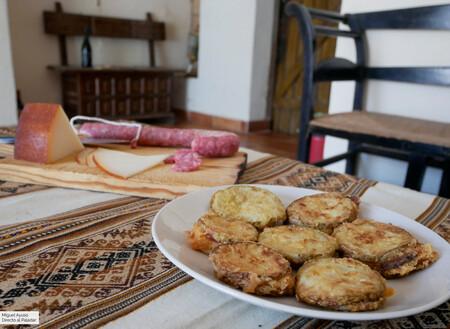 Zucchine a pullastiello: receta italiana de calabacín, salami y queso ahumado, pero en versión española, con longaniza e Idiazábal