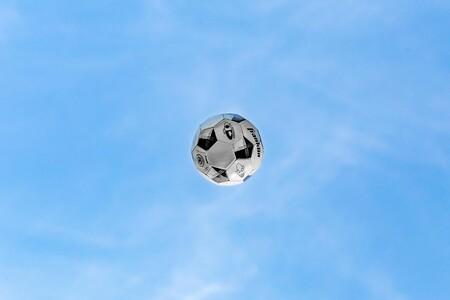 Una cámara controlada por inteligencia artificial confunde la cabeza de un árbitro calvo con el balón y fastidia la emisión de un partido