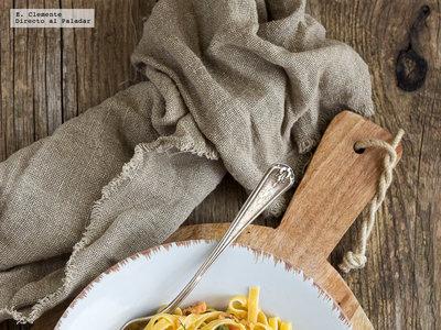 Tagliatelle con salsa cremosa de salmón ahumado, alcaparras y eneldo: receta