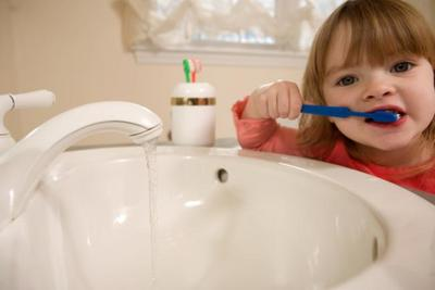 Cómo han de cepillarse los dientes los niños
