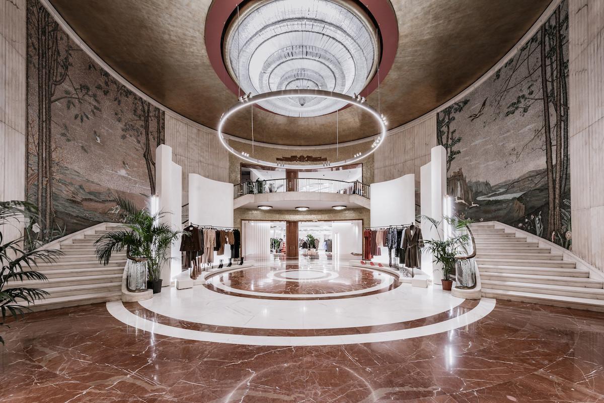 95d046e103cd8 Zara reabre el tiendón de Vittorio Emanuele en Milán apostando por el  online con una máquina que despacha hasta 900 pedidos al día