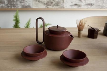 Cerámica y madera en un juego de té con mucho encanto