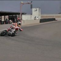 Si Marc Márquez impresiona sobre una MotoGP, con una supermotar te hará pensar que es fácil
