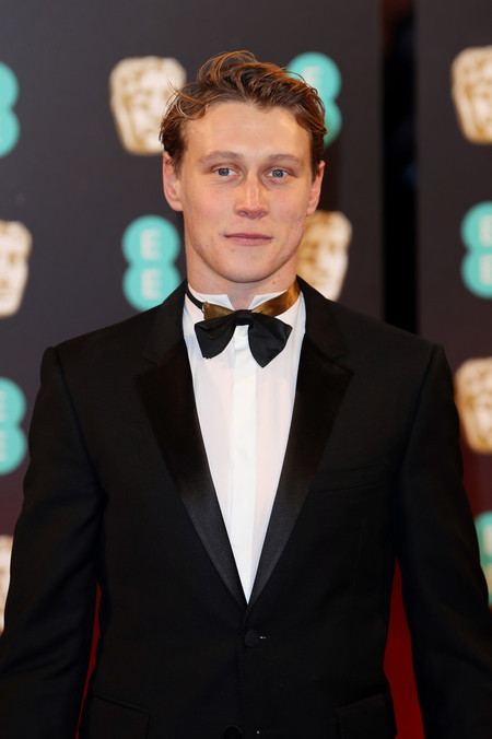 George MacKay se enfunda en negro para los premios BAFTA, aunque su look tiene un gran pero