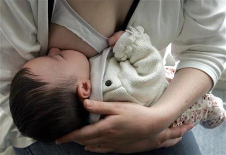 Un bebé abandonado salva la vida al ser amamantado por una policía
