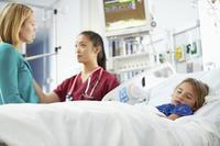 Papá y mamá, ¿aún dejáis solos a vuestros hijos en las pruebas o tratamientos médicos?