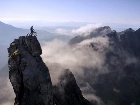 Danny MacAskill: la estrella de las acrobacias en bici sobre escenarios imposibles