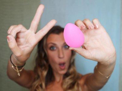 Las 9 maneras más locas (y absurdas) de aplicarse la base de maquillaje