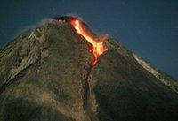 El Volcán Merapi en erupción: miles de curiosos se acercan