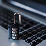 Pues sí, parece que tenemos miedo de ser hackeados pero hacemos poco por evitarlo