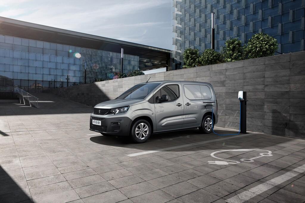 La Peugeot e-Parnet se suma a la ofensiva de furgonetas eléctricas del león, con 275 km de autonomía