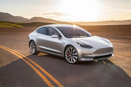 Este Tesla Model 3 llega hasta los 1.000 km de autonomía... gracias a un motor de gasolina. ¿Sacrilegio?