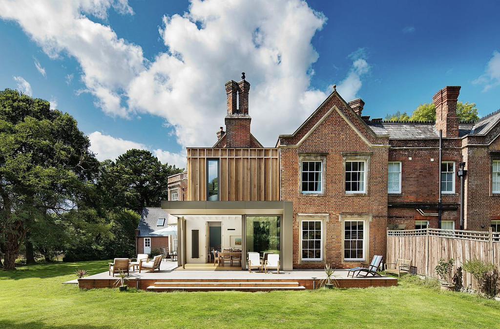 Gatti House, una casa inglesa de ladrillos rojos que recibe una extensión moderna, el resultado es simplemente encantador