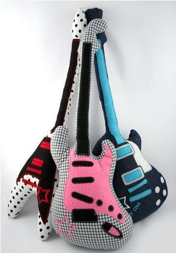 Cojines con forma de guitarra para los peques