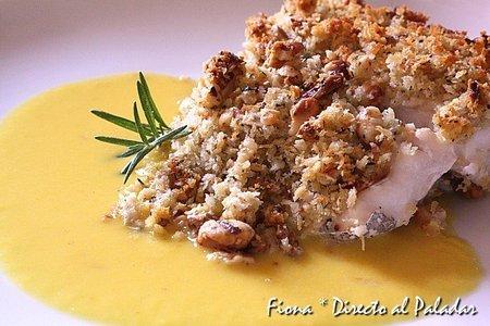 Receta de merluza en costra de panko y nueces sobre fondo de azafrán