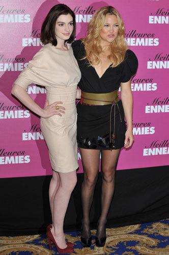 Kate Hudson y Anne Hathaway en la premiere de Guerra de novias en París