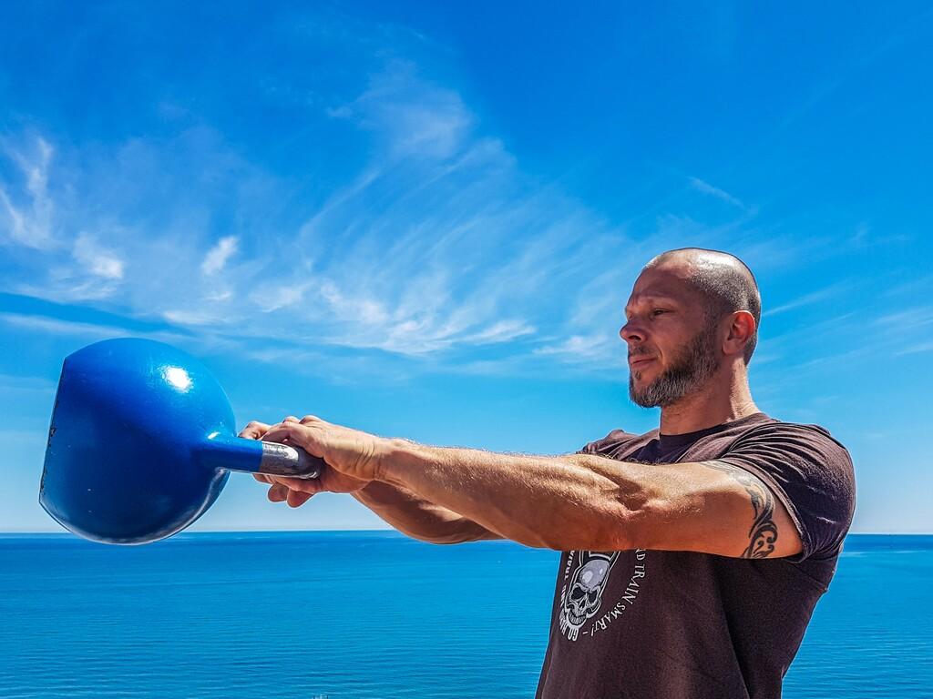 Consigue una espalda y hombros fuertes con estos seis ejercicios con pesa rusa o kettlebell
