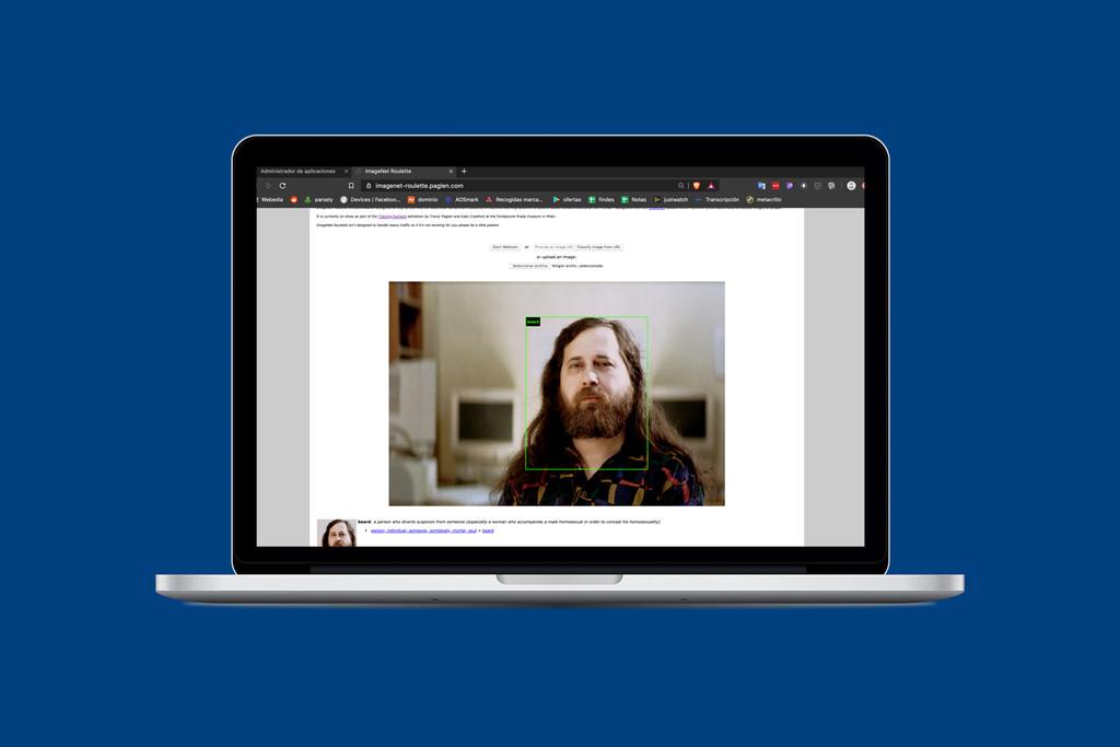 ImageNet es una web donde serás juzgado y etiquetado por una IA en base a tu aspecto