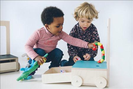 Glücksstuhl es la 'silla con suerte': un mueble infantil con el que los niños pequeños pueden jugar