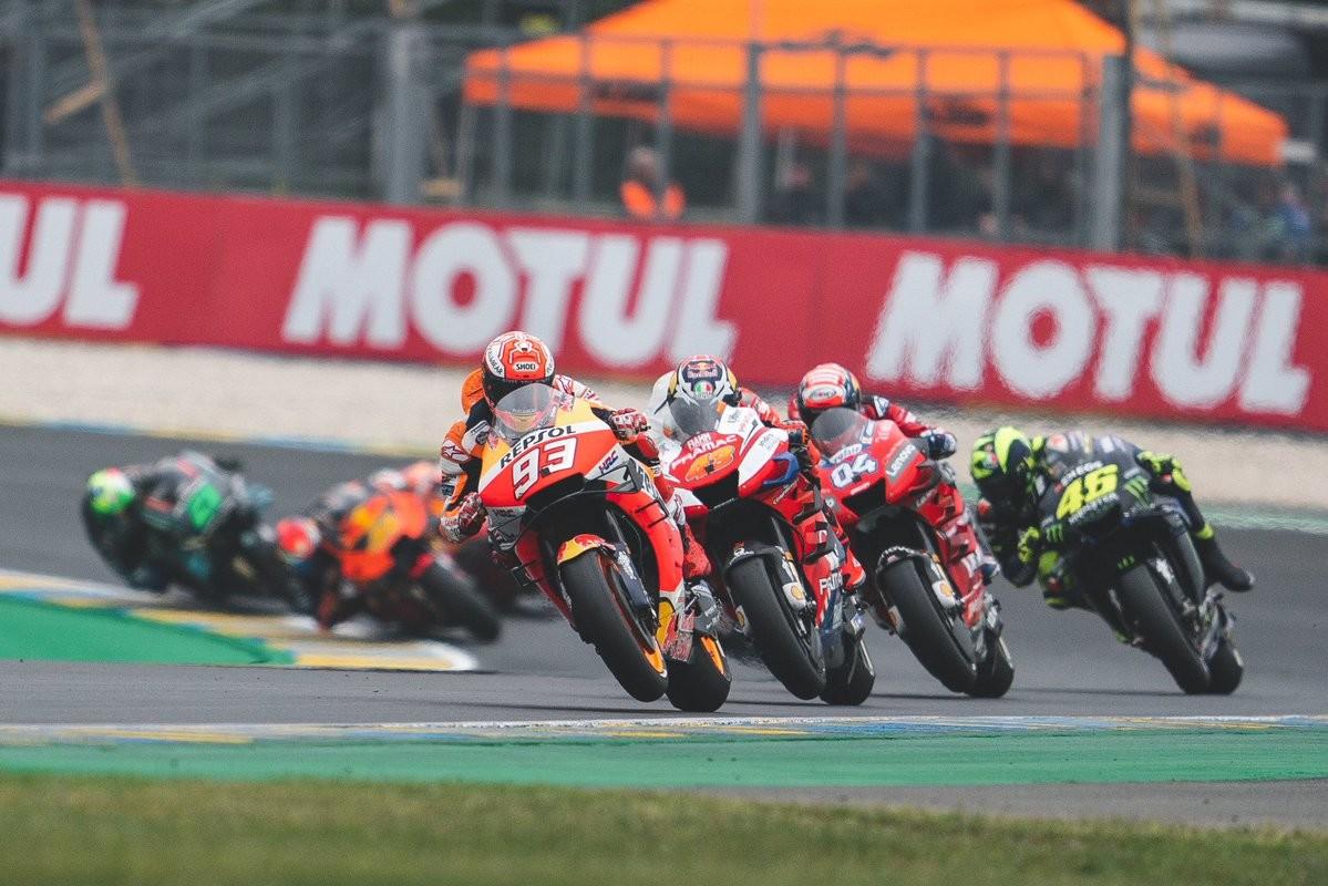 Marc Márquez se agiganta en Le Mans mientras Ducati espera su turno en la sombra para asaltar MotoGP
