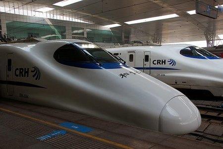 El tren de alta velocidad que recoge pasajeros sin parar en las estaciones