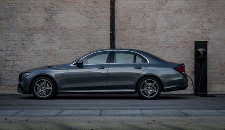 Mercedes-Benz Clase E 300 e: llega la versión gasolina de la berlina híbrida enchufable, desde 65.750 euros