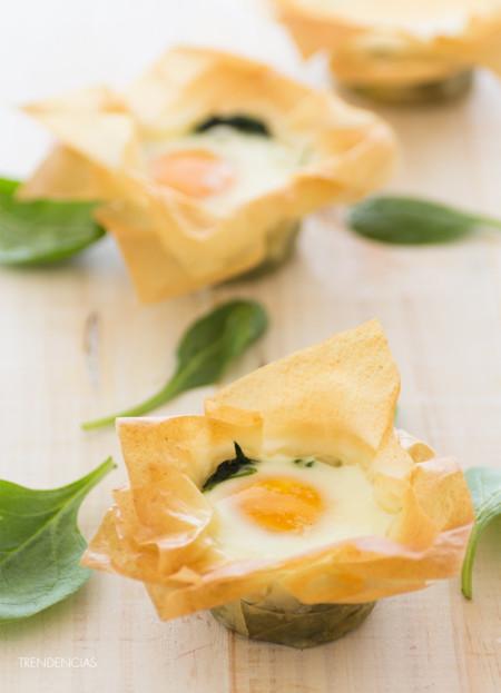 Tartaletas nido de huevo, espinacas y parmesano. Receta para una cena con estilo