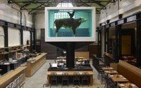 La vaca de Damien Hirst decora un restaurante en Londres