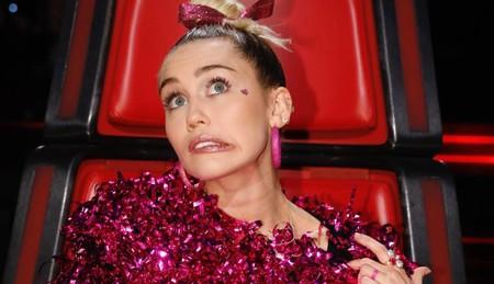 ¡Miley Cyrus es fan del diseño español! La cantante luce un diseño de María Escoté en The Voice