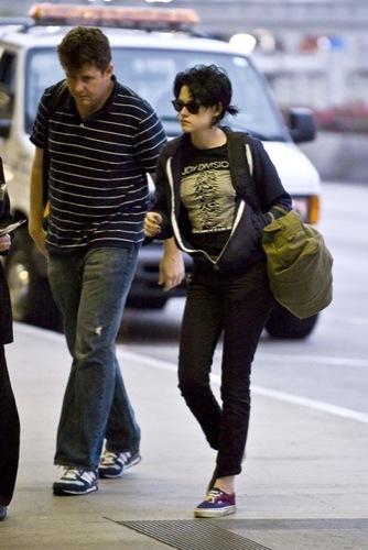 Kristen Stewart, el estilo de una vampiresa de Crepúsculo: ¿estilo de calle o sobre la alfombra roja?, camiseta Joy Division